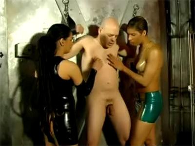 donkere sm meesteressen gaan vastgeketende slaaf martelen