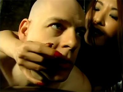 Mistress Suki domina japonaise fouille le trou du cul de son esclave
